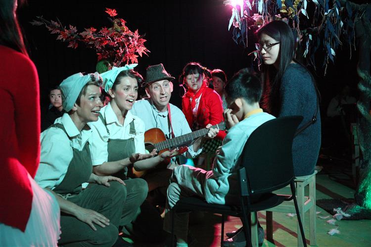 观摩体验了由上海儿童艺术剧场引入的英国沉浸式戏剧《可爱的农庄》.