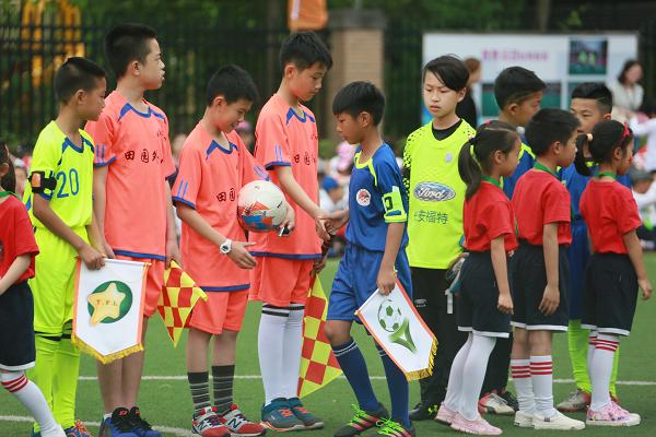 田园外小: 校园足球嘉年华掀起足球热潮