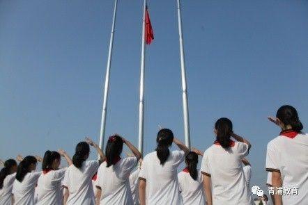 手中接过国旗后,英姿飒爽地从操场跑道两头列队正步行走到旗杆之下
