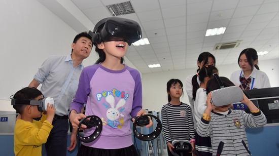 学生是?边玩边体验!上海市职业小学体验日清苑县职业图片