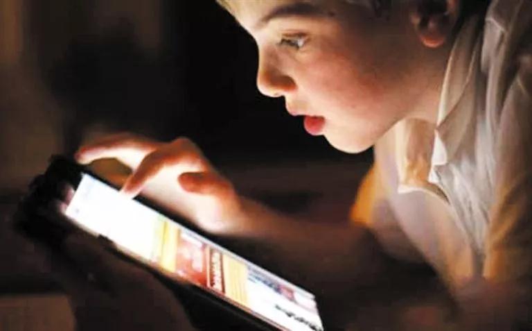 玩手机和不玩手机的孩子,十年后区别让所有家长沉默!