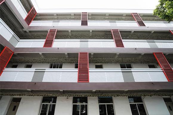 九年一贯制的复旦大学附属徐汇实验学校今天正式揭牌!9月2日起迎来第一批小学生