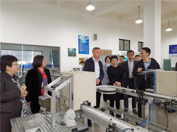 奉贤区教育局局长施文龙一行赴上海应用技术大学参观交流