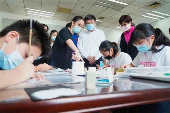 办出特色 提供优质公益看护 陈群副市长调研学生暑期活动