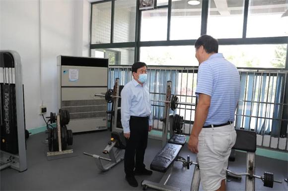 校长面对面:许宁生校长一行察看校园艺术体育空间,与新生代表座谈