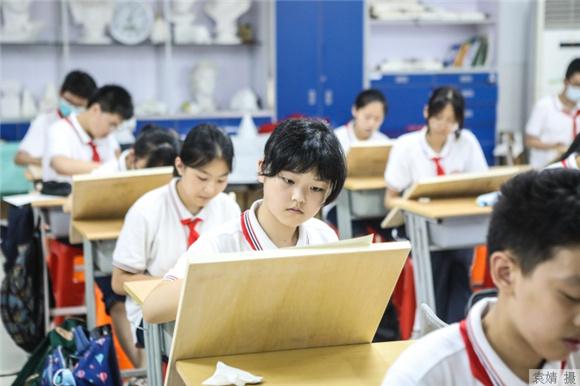 """成长路上有没有""""说明书""""?中小学生健康教育读本进上海校园"""